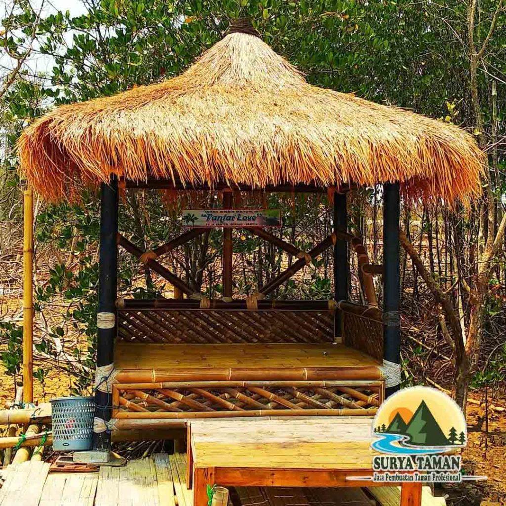 pembuat saung bambu